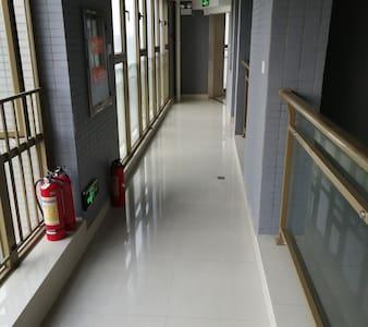 上了电梯到走廊往房间的通道