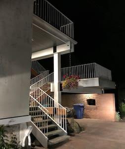 L'accès à l'appartement est privée et se situe la l'arrière de l'immeuble près du stationnement. Les lieux sont éclairés et il y a des détecteurs de mouvements.