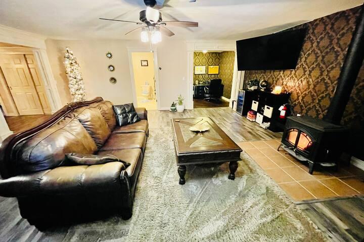 Luxury Log Home, Fireplace, Aurora Mountain Views!
