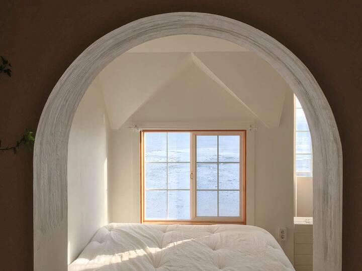 [새로운 방,  바닷가 나무 집 스테이 변산바람꽃] -복층, 당분간 연박운영 및 세일중!)