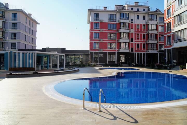 Апартаменты с бассейном у моря.