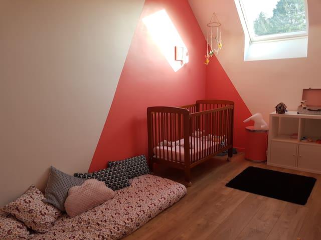 Chambre de Lise - A l'étage Lit bébé Possibilité d'installer par un lit supplémentaire au sol 90x190 à la demande des voyageurs.