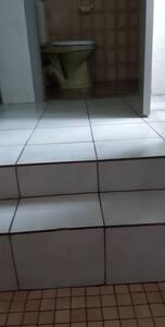 Om naar het toilet en badkamer te gaan zijn er twee treden te doen van ongeveer een van 20 cm en een van 10 cm