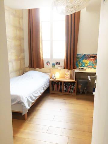 Chambre enfant avec lit simple