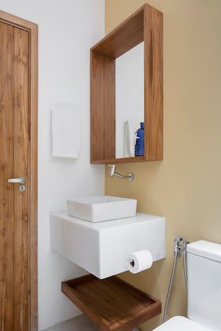 Detalhes do banheiro da suíte 02. Foto: Carolina Lacaz