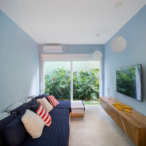 A sala de TV, fica entre as suites 2 e 3.  Conta com  ar condicionado e portas para isolar o som. Ideal para jovens e crianças! Foto: Carolina Lacaz