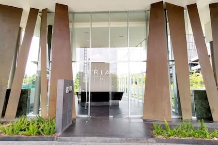 Todas las entradas y pasillos cuentan con rampa de fácil acceso o son totalmente planas, sin escalones, desde la entrada del edificio, hasta el departamento completo.