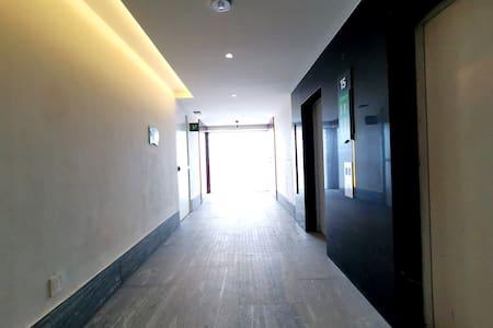 El edificio cuenta con dos elevadores para la torre de departamentos, por lo que no será necesario subir ningún escalón.