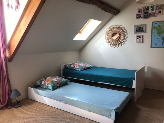 """Chambre dite """"Diane"""" Option 1: 1, 2 ou 3 lits simples dont l'un est un lit mezzanine réservé aux enfants de 6 à 11ans (risque de chute si <6 ans et proximité du plafond pouvant indisposer >11 ans)"""