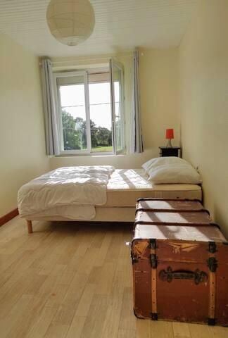 Chambre n°2 avec peluches, nounours et livres pour les enfants