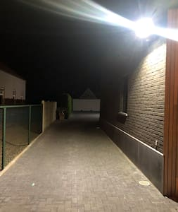 Na het inrijden van de poort kan u verlicht naar achter op de parking uw auto parkeren, verlicht en camera bewaking