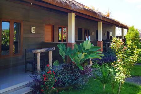 AgungHomestay 2: spacious, garden view, beach 2min