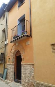 puerta de acceso ancha y sin barreras se abre  completa para el acceso al interior