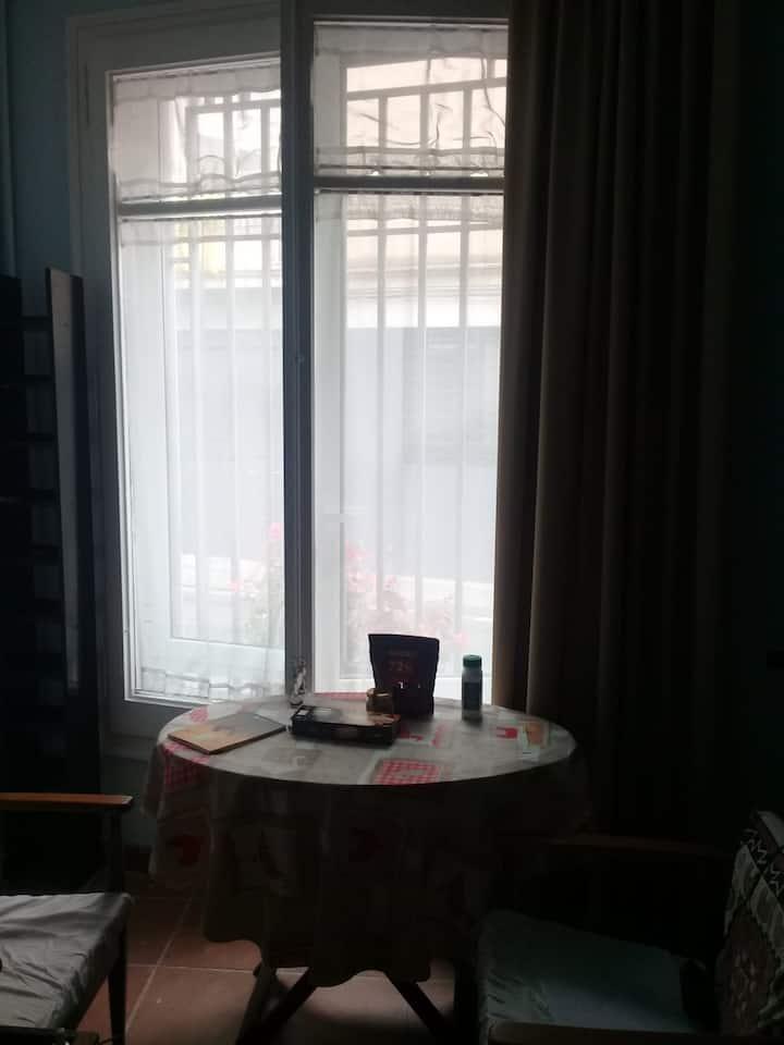 Sunny, spacious and large window-Near Barcelona