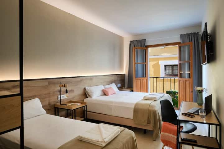 Central private triple bedroom. La Encarnación