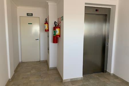 elevador atende todos os pisos desde a garagem