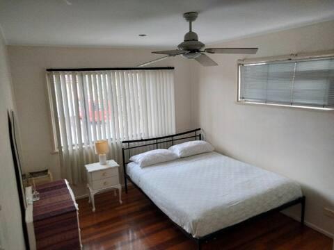 Menšia manželská posteľ vo vlastnej uzamykateľnej izbe.
