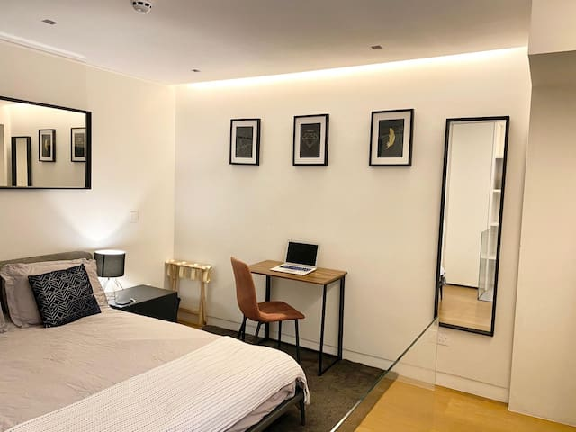*Stunning king room + bathroom in central Soho apt
