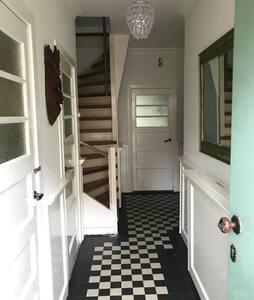 Voordeur met drempel en trap