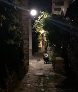 Il percorso dal posteggio all'entrata della casa è tutto illuminato è formato da scale e ciottoli.