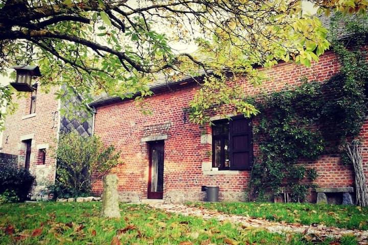Le Clos des Hirondelles. Nice place with garden !