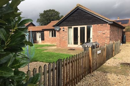 The Gatehouse, cosy 2-bed barn mid-norfolk