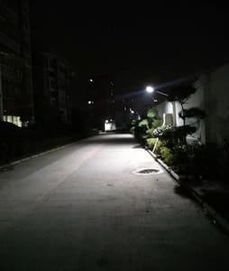 小区内到处配的有路灯,可以轻松找到入住的4号楼二单元十层楼1001房间