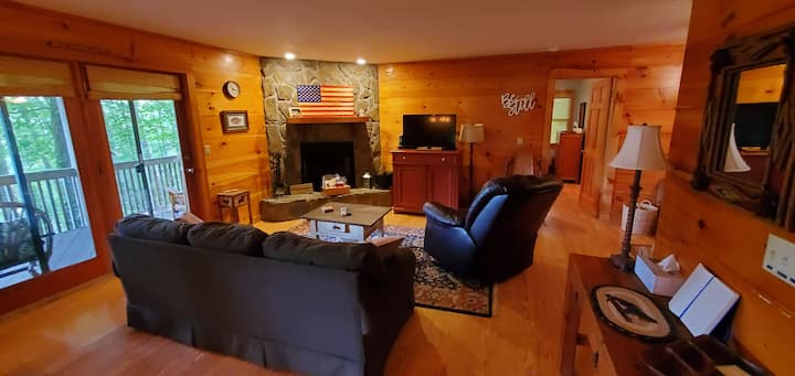 """Trout House"" Mountain Retreat - Spacious 3BR 2BA"