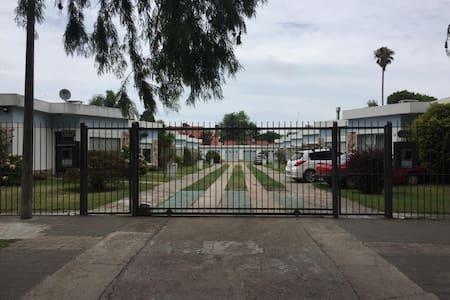 Al llegar por la calle la entrada es una entrada de garage y al caminar por el complejo hasta la puerta de la casa el camino es completamente llano