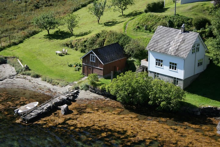 Cozy house - right next to the Hardangerfjord