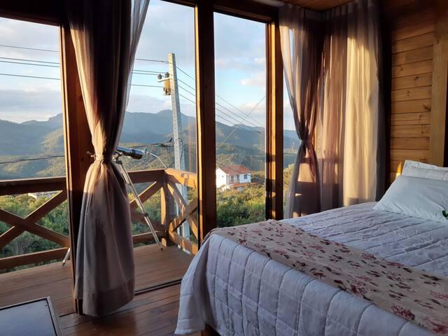 Suíte principal (2 piso) com vista panorâmica  para as montanhas