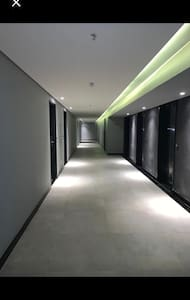Hall de acesso ao flat. Plano e largo