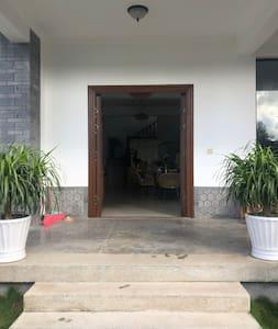 美宿入口大门处