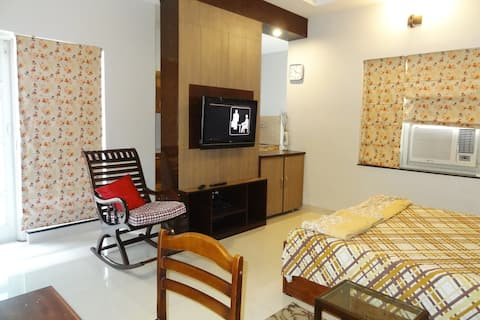 Private Room with Equipped Pantry& Wifi Android TV