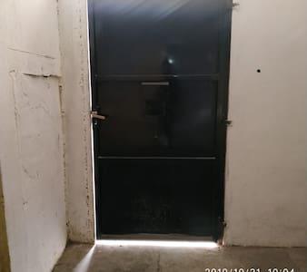 portón desde adentro de la casa