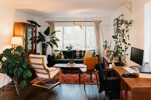 Airy Mid Century Modern Haven Minutes from Gastown