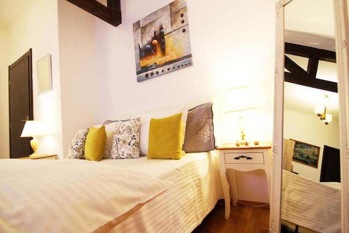 Vila BelleSeat Boutique DB Room Yellow Daydream