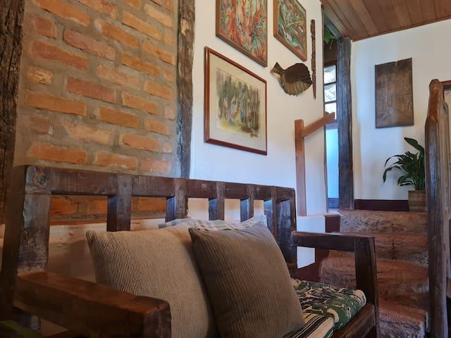 Detalhes dos móveis em madeira feitos à mão em nossa própria marcenaria.