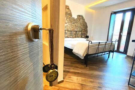 La camera VI dell'Orologio Bed & Breakfast è dotata di balcone con  ampia veduta sul mare che va dal Golfo di Salerno fino al porto di Agropoli.
