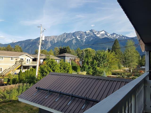 Mountain Views! Central 1300sqft Pkg x3, fast WIFI