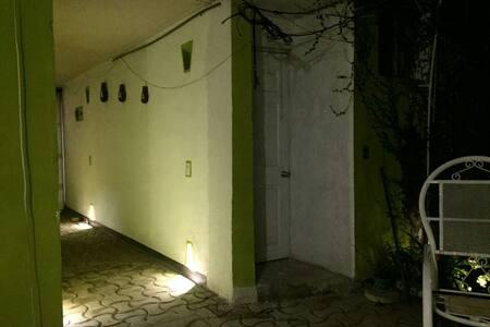 la iluminación de la entrada principal permite a nuestros huéspedes de tener fácil visión de noche de el pasillo e interior