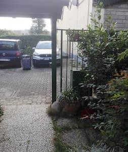 Il posto auto é a pochi metri dalla porta d'ingresso della casa che però ha un gradino per accedere
