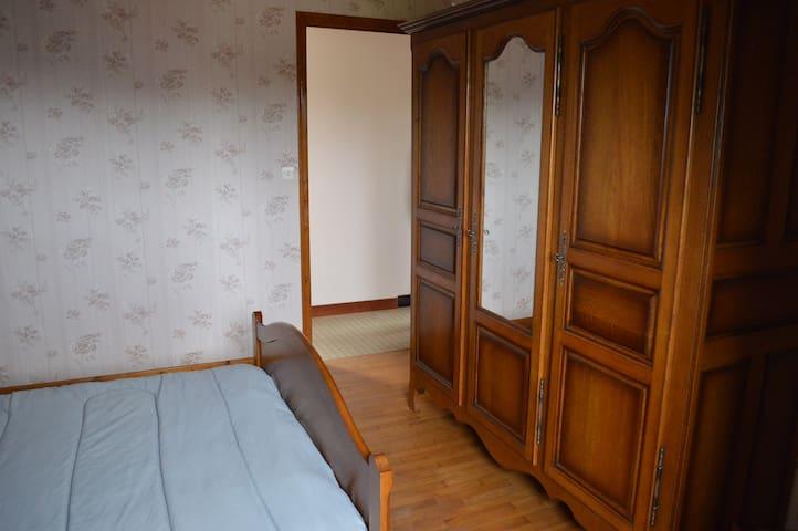 Chambre haut 2, expo sud avec lit 140 et armoire
