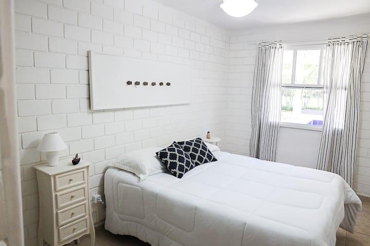 Quarto 4 - Cama de casal, mesas de cabeceira, cômoda, ventilador de teto.