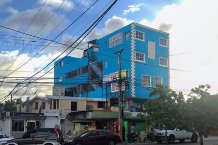 Esa es la fachada del edificio donde está ubicado el apartamento ( el edificio es propiedad nuestra)