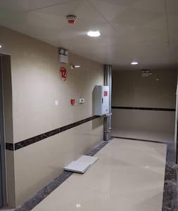 十二楼出电梯口所见廊道,自动感应灯,随时为您提供充足的照明。