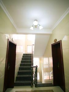 楼梯转角处都有照明灯