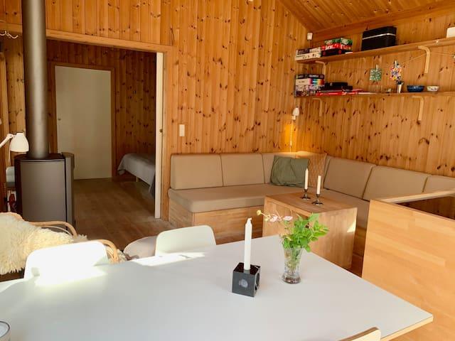 Stue med sovesofa (op til to opredninger) i hovedhus
