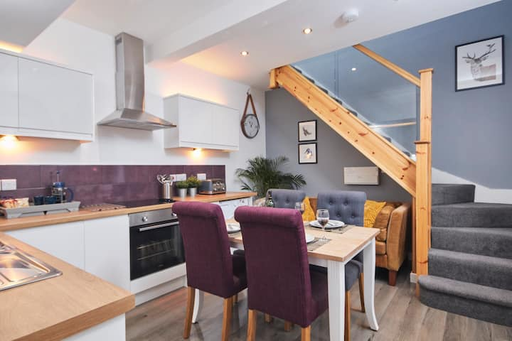 The Wood Loft: A stunning apartment w/ Netflix & free Health Club membership close to Airport