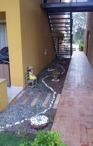 Entrada para varanda, ampla e sem degraus.